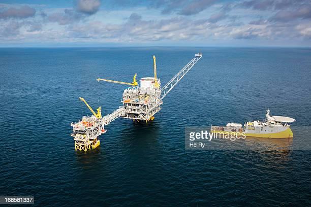 Plateforme pétrolière offshore et un navire.