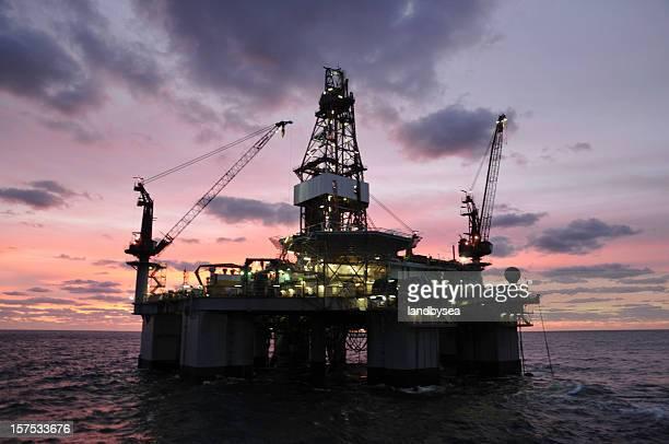 石油掘削装置の日の出や沈む夕日