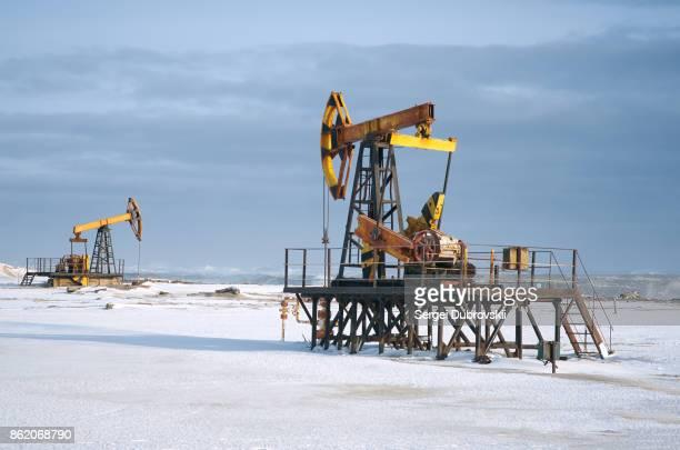 石油リグ、冬の雪