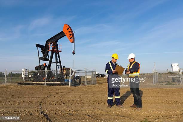 Lavoratori olio in conversazione