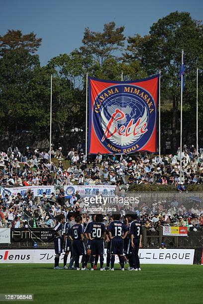 Okayama Yunogo Belle players make the huddle during the Nadeshiko League match between Okayama Yunogo Belle and INAC Kobe Leonessa at Mimasaka Rugby...