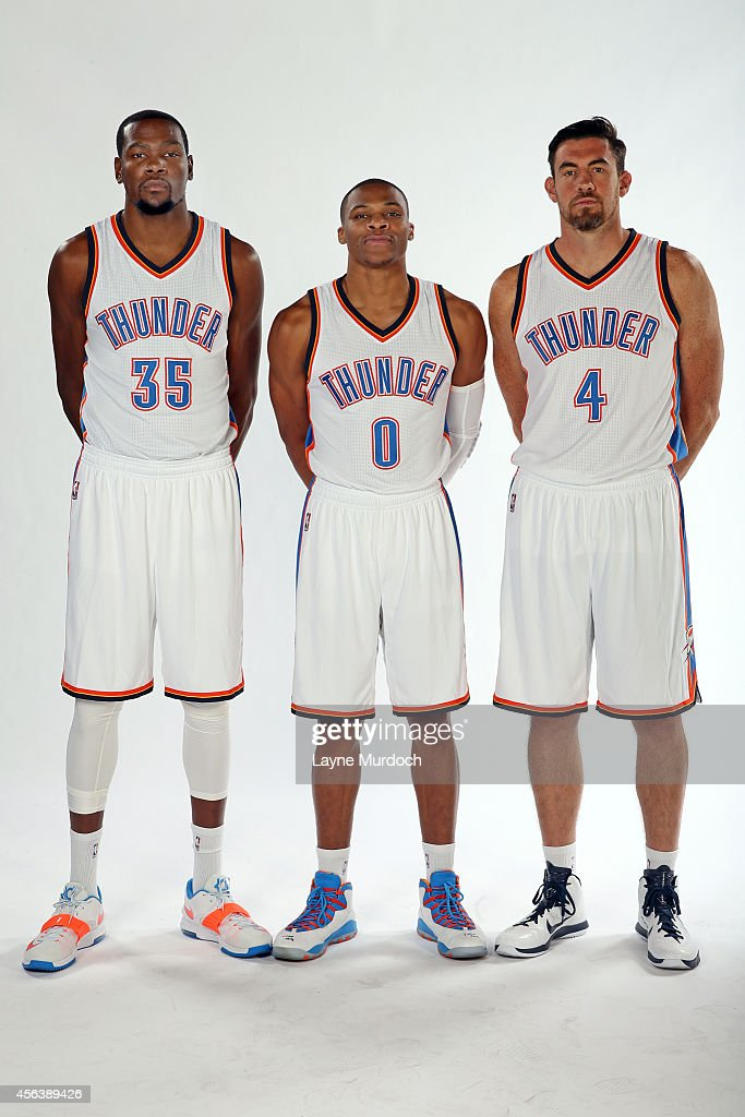 ¿Cuánto mide Kevin Durant? - Altura real: 2,08 - Real height Oklahoma-city-thunder-kevin-durant-russell-westbrook-and-nick-pose-picture-id456389426