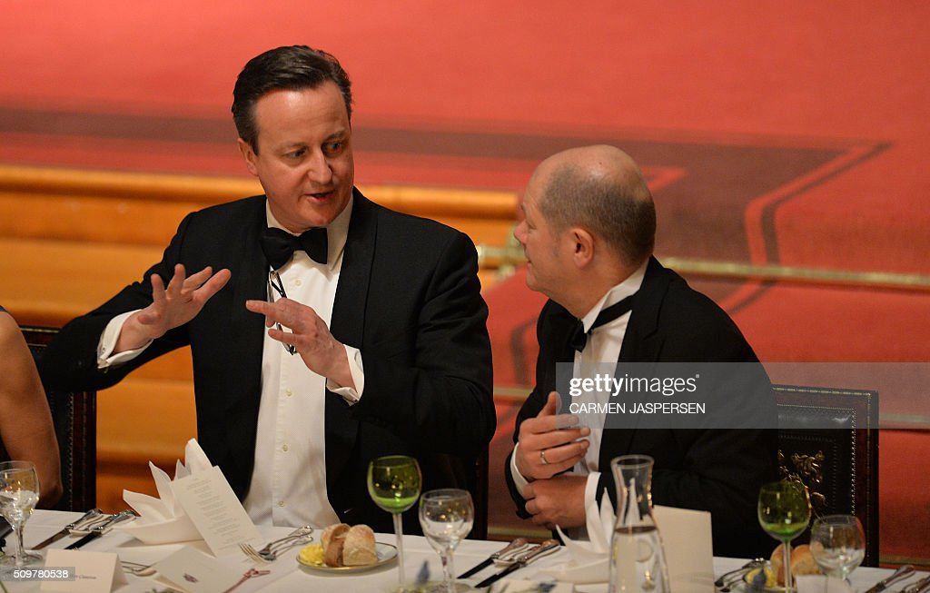 Olaf Scholz (R), Mayor of Hamburg and British Prime Minister David Cameron take their seats for the Matthiae-Mahl Dinner in Hamburg, northern Germany on February 12, 2016. / AFP / CARMEN JASPERSEN