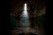Viejo oscuro abandonado celda de cárcel