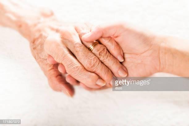 旧と若い手をつなぐ