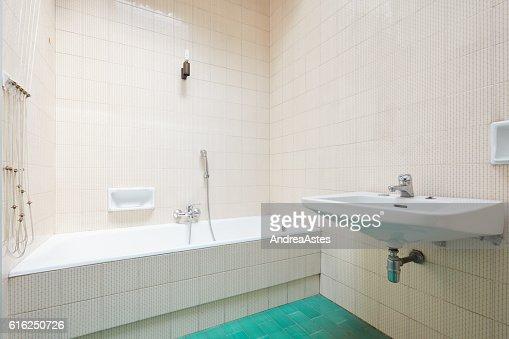 Old bathroom, tiled interior with bathtub : Foto de stock