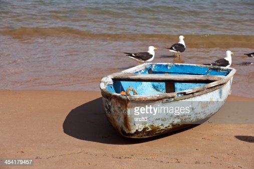 Old blue rowing boat on the beach : Bildbanksbilder