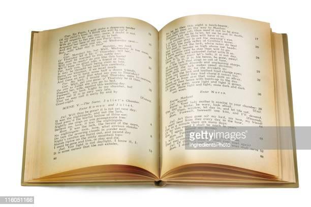 Vecchio libro isolato su bianco