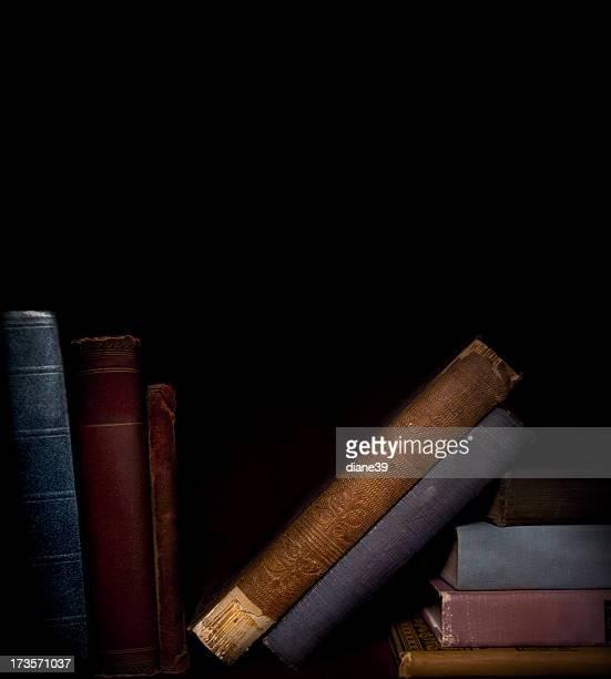 Vieux livres sur une étagère