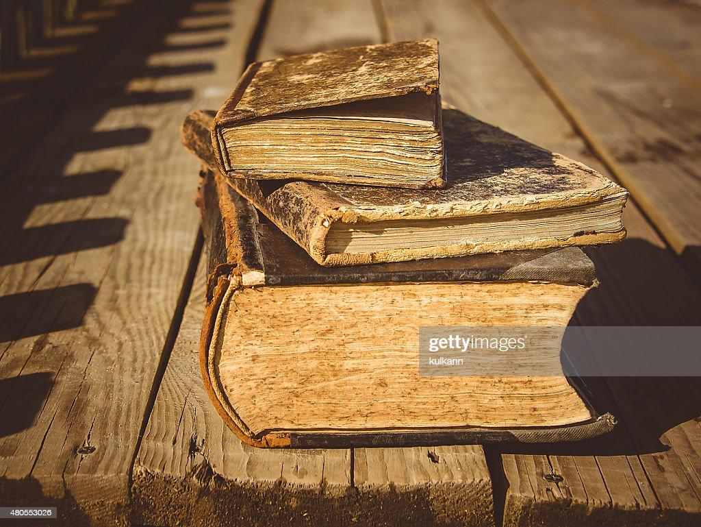 Velhos livros sobre um chão de madeira terrace : Foto de stock