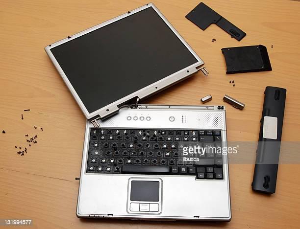 Alte gebrochene schmutzig computer