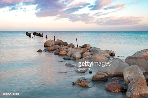 Velho quebrado cais no mar Báltico, Letónia, Kurzeme : Foto de stock