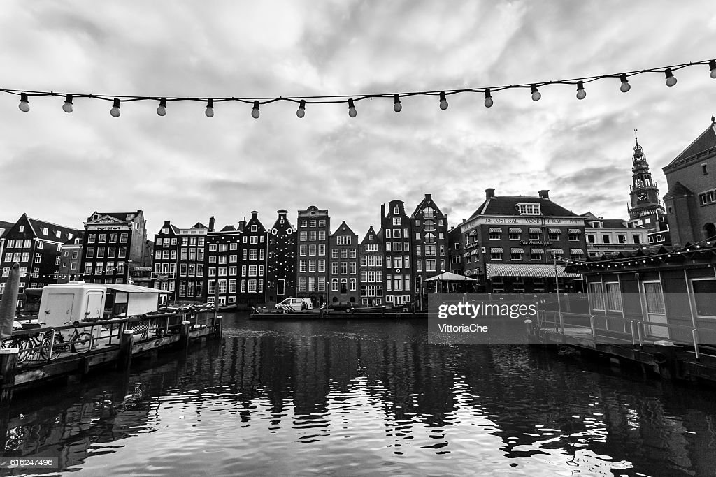 Old buildings along Damrak canal  in Amsterdam. : Stock-Foto