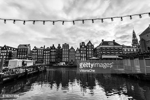 Old buildings along Damrak canal  in Amsterdam. : Foto de stock