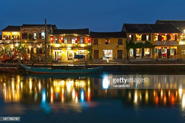 Vieux bâtiments des reflets de l'eau