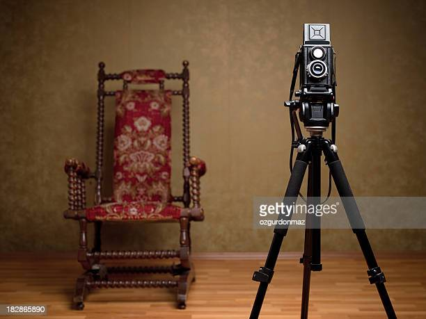 Vieille caméra et fauteuil