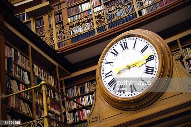 Vieille horloge dans la bibliothèque