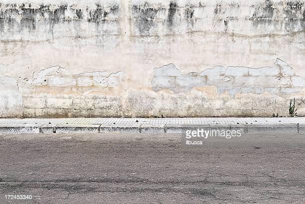 Alte konkrete grunge-Wand mit Gehweg
