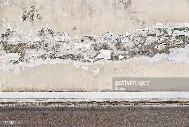 Vecchio muro di cemento grunge con città