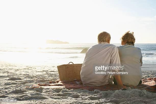 Vieux couple profiter de leurs vacances sur la plage