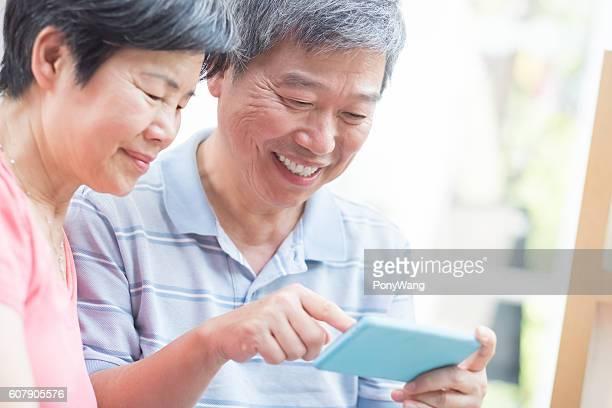 old couple look smaprt phone
