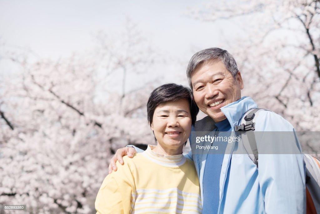 Oude paar glimlach aan u : Stockfoto