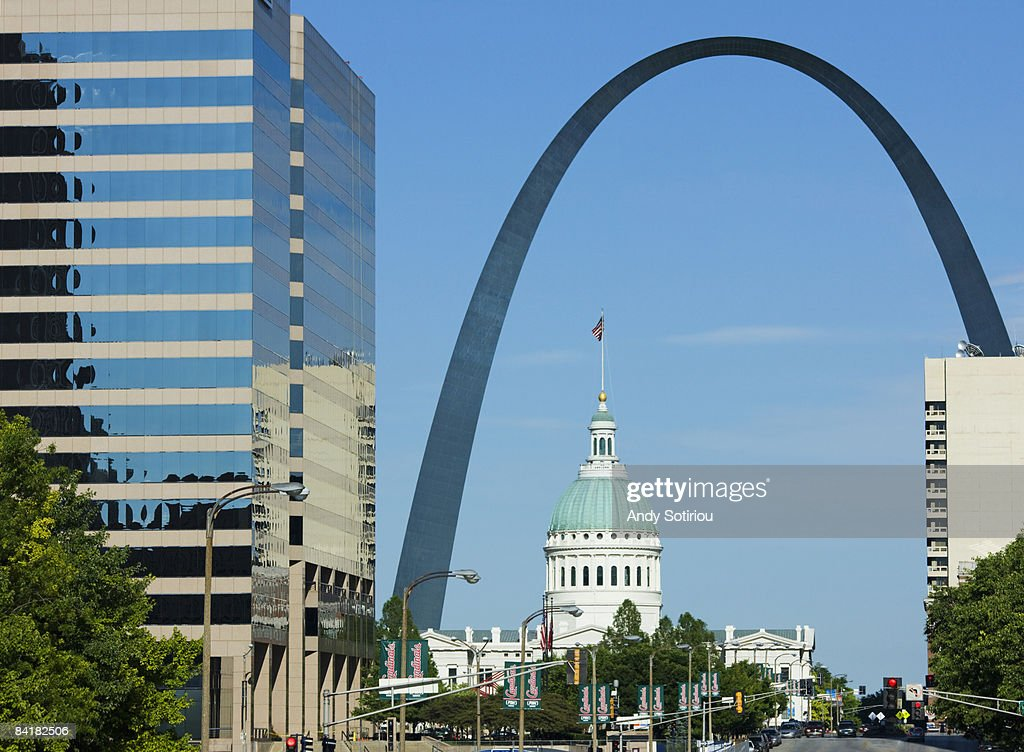Old courthouse and Gateway Arch, St.Louis, USA