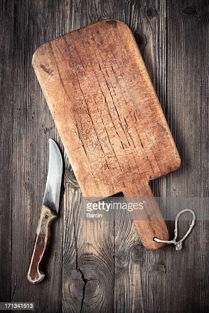 Vieille planche à repasser et des couteaux