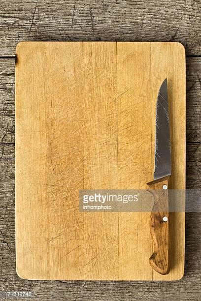 Vieille Planche à découper sur la Table en bois