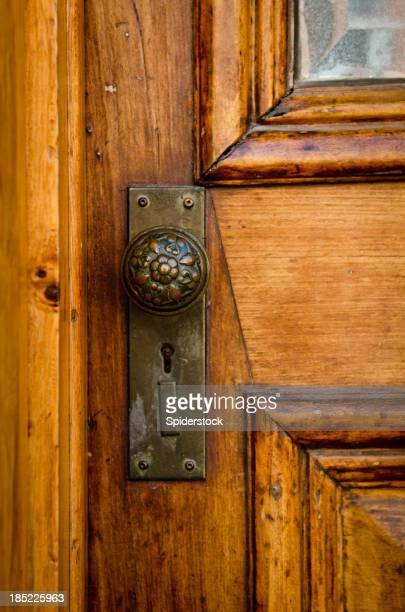 Vieille porte avec poignée