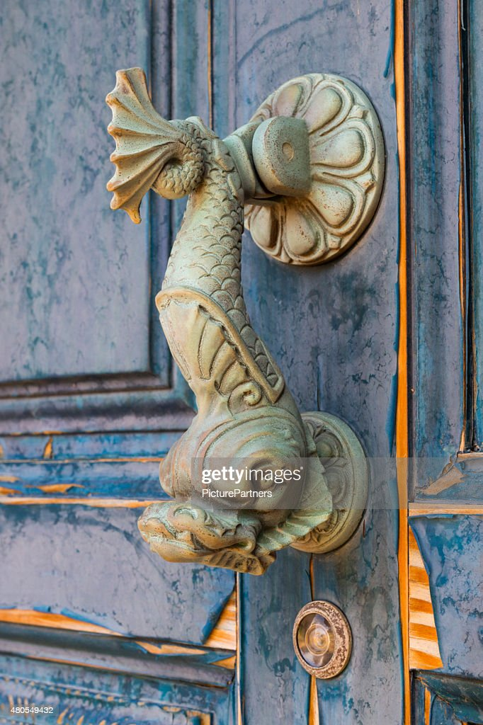 Old doorknocker en forma de pez : Foto de stock