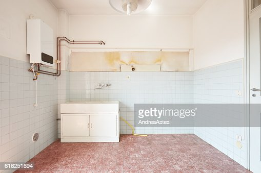 Old empty kitchen interior with tiled floor and walls : Foto de stock