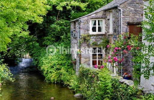 Vecchio cottage inglese sul fiume foto stock thinkstock for Vecchio cottage inglese
