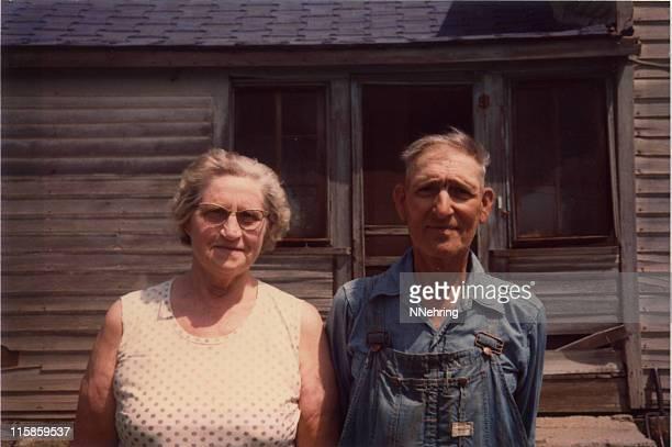 Vieux paysan et sa femme rétro.
