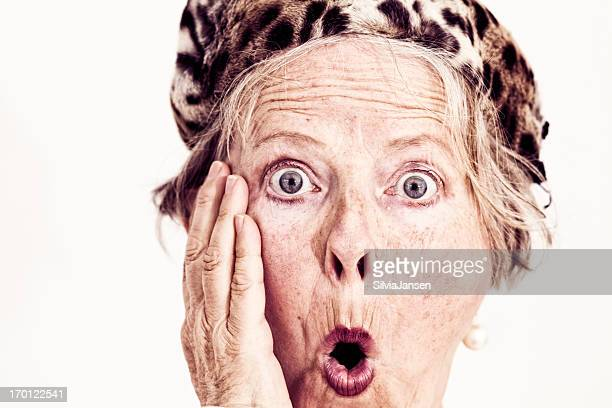 old fashioned senior Mujer con sombrero de piel sorpresa