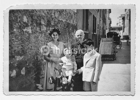 Abuela con nietos en 1952, Toscana, Italia : Foto de stock
