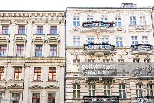 Alte Häuser und blauer Himmel Kreuzberg in Berlin : Stock-Foto