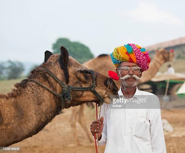Indien vieille colorée turban tenant à dos de chameau Pushkar marché.