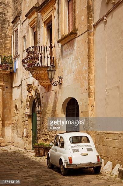 Vecchia città italiana e auto