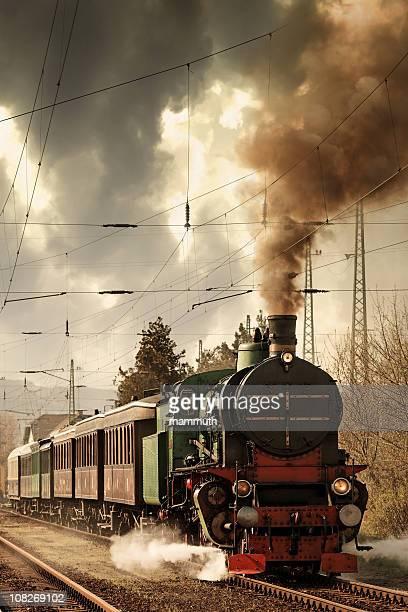 Velha locomotiva deixando a Estação de comboios