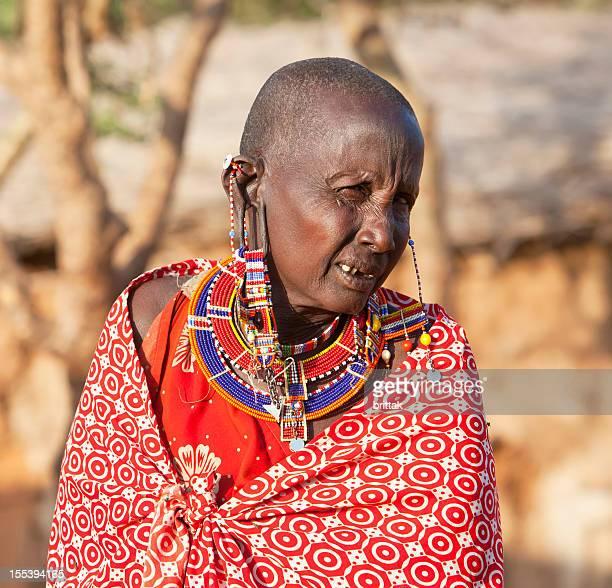 Old maasai-Frau mit beeindruckenden Ohrringe.