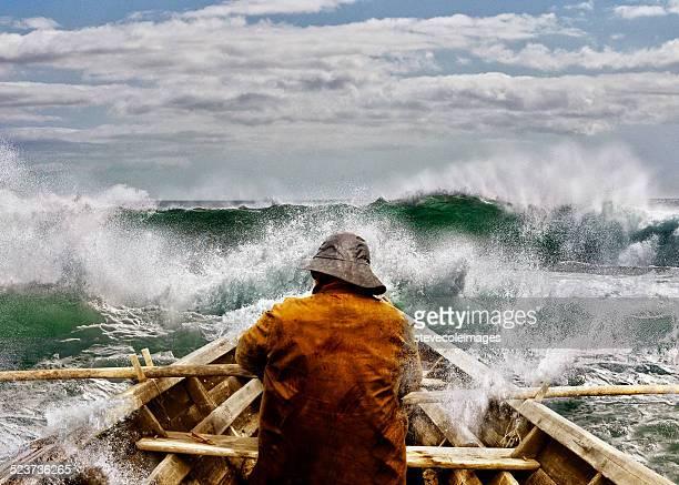 Hombre viejo y al mar en una Skiff