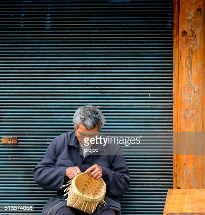 古い 男 バスケット織り竹ヴィラージュ 興 趙 ます。