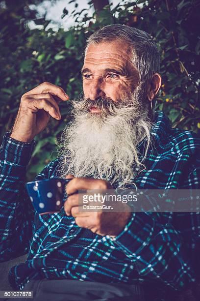 老人男性のポートレート、極めて長いひげ屋外