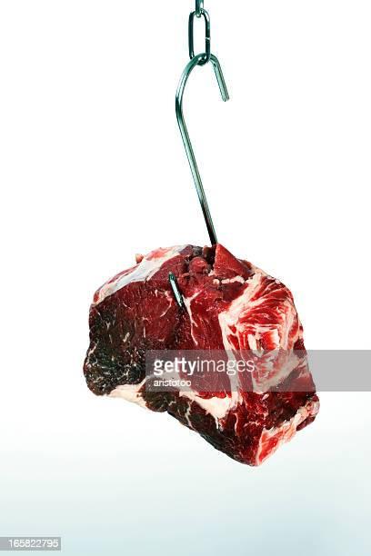 Old carne en un gancho para colgar