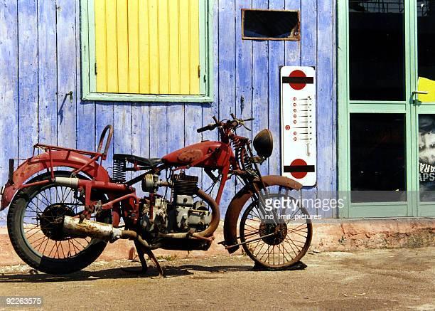 Vieja motocicleta en Córcega