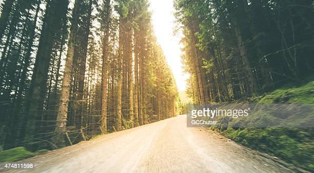 Alten mountain road führt zu helles Licht