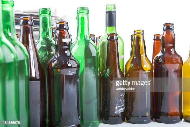 Old Tageszeitungen und Flaschen für das Recycling