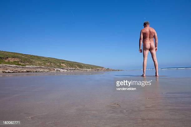 Old Naturiste sur une plage déserte