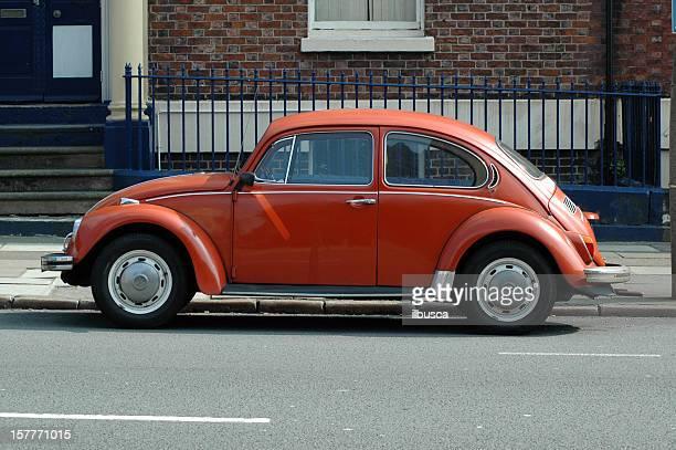 Old orange Coccinelle de Volkswagen dans la rue